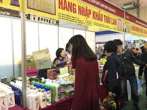 khách tham quan hội chợ thái lan